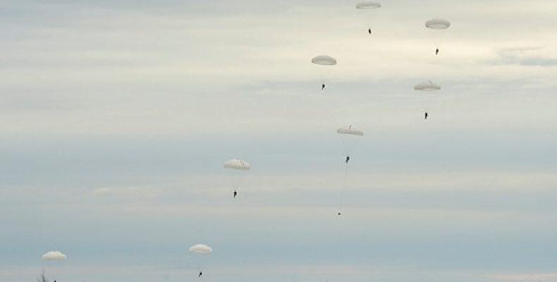 Более 400 военнослужащих ВДВ десантировались на незнакомую площадку
