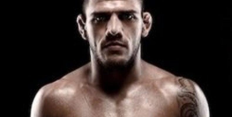 Чемпион UFC в лёгком весе бразилец Рафаэль дос