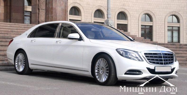 Белый Мерседес-Майбах – не скучный автомобиль на красивой свадьбе
