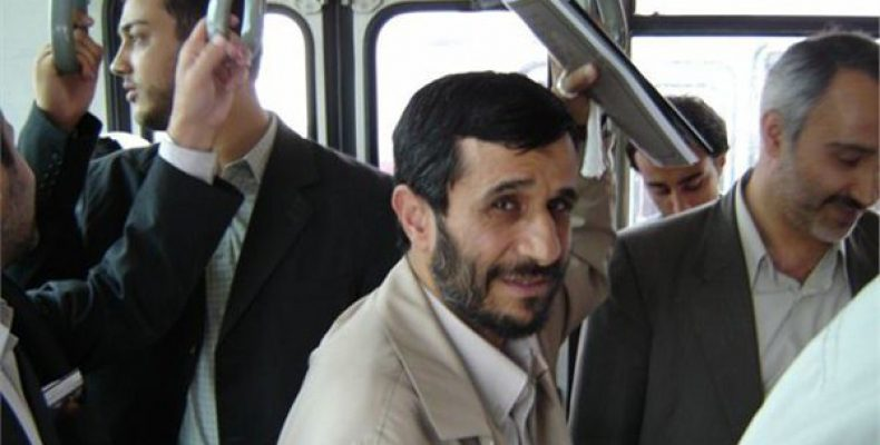 Это фотография бывшего президента Ирана Махмуда Махмадинежада, который