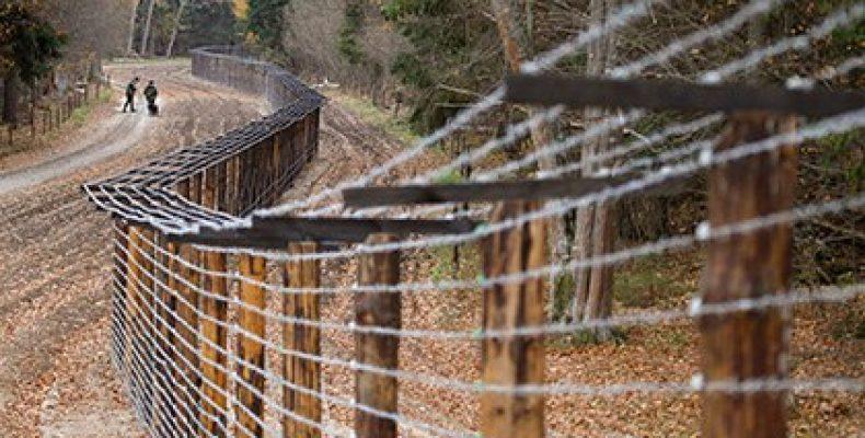 Латвия построила первые три километра забора на границе